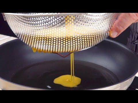 Пропускаем яйца через сито на сковороду. Вкуснейший завтрак за 5 минут!